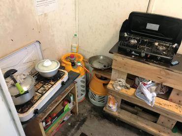 Nogle af filippinerne har adgang til indendørs køkkener. De øvrige må lave mad udendørs.