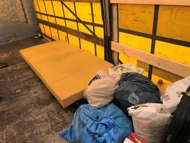 Her sover en af de filippinske chauffører. I en kold pressening-overdækket lastbilanhænger.